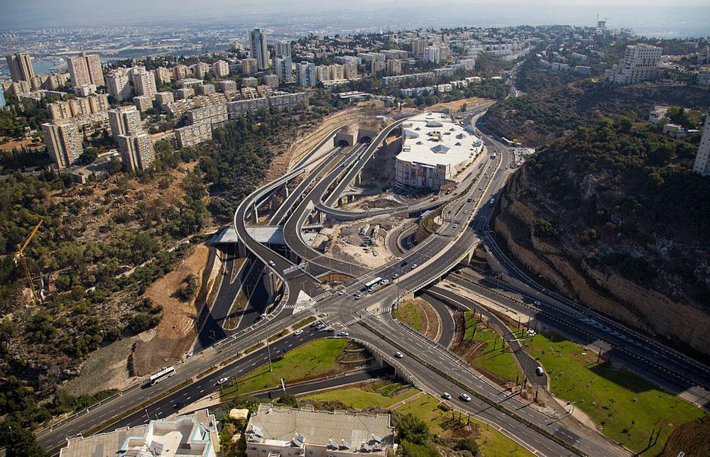 הכביש החדש, המחבר בין נווה-שאנן לעיר התחתית. עיר הכרמל הפסטורלית נעשית בשנים האחרונות מטרופולין רועש של כבישים, קניונים ומגדלים (צילום: Albatros Aerial Perspective, cc)