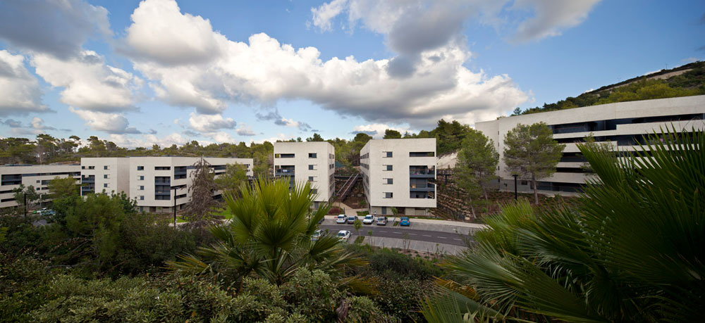 כפר המשתלמים בטכניון שתוכנן על ידי המשרדים שוורץ-בסנוסוף ובר-אוריין אדריכלים. איזון נכון בין צרכי פיתוח לשמירה על הנוף (צילום: עמית גרון)