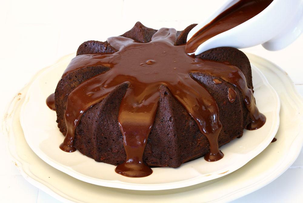 עוגת שוקולד בחושה עם רוטב שוקולד (צילום: אסנת לסטר)