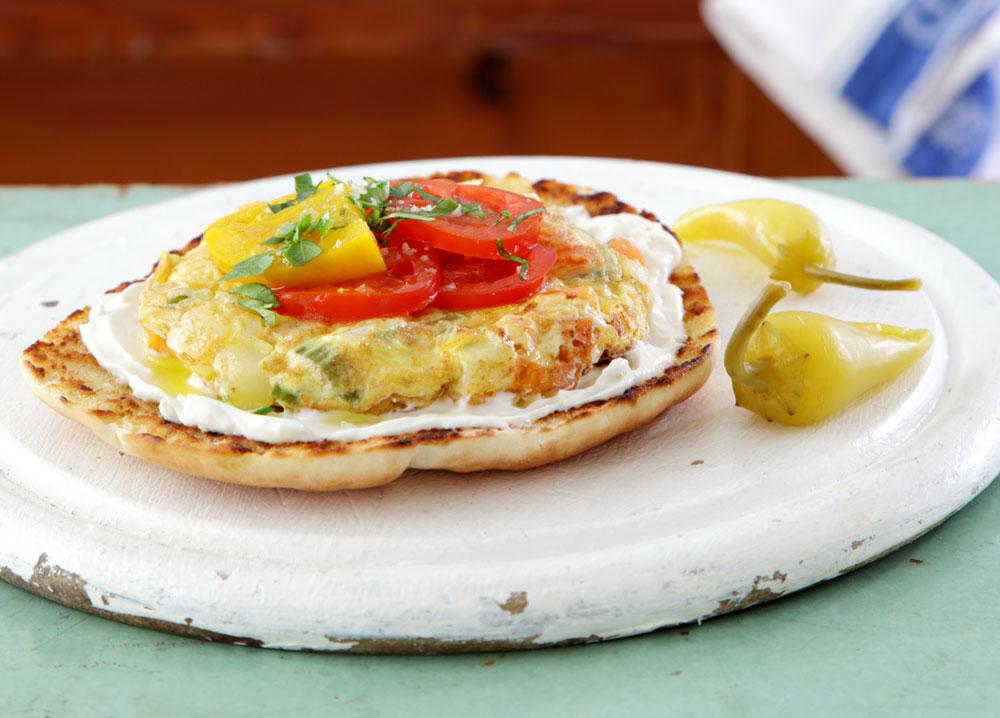 פיתה עם אומלט תפוחי אדמה, גבינה ולימון כבוש (צילום: דניה ויינר)