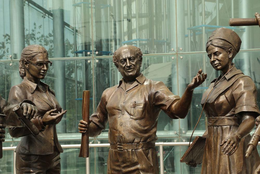 עזריאלי הנציח את עצמו במרכז הפסל הענקי, חודשים ספורים לפני מותו. התרומה הזו תיעקר מהרחוב ותוכנס פנימה (צילום: צביקה טישלר)