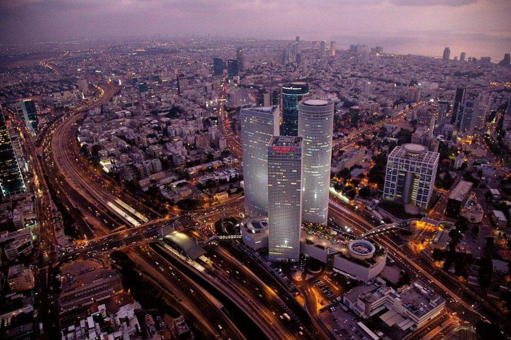 ''מרכז השלום'' שהפך ל''מרכז עזריאלי'' שהפך לסמל הסטטוס של תל אביב: שלושה מגדלים (בעתיד ארבעה) עם קניון וחניון ענק (צילום: אלבטרוס)
