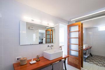 את האריחים בחדר הרחצה (כאן משתקפים במראה) עיצב דרור במיוחד לדירה (צילום: אביעד בר נס)