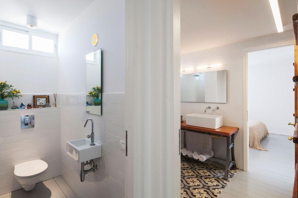"""החלק ה''פרטי'' של הדירה. אריחי חדר הרחצה עוצבו במיוחד. השיפוץ ארך כחודשיים והיה מורכב למדי, """"משום שאי אפשר היה לחבר שרוול שיפוצים, ולכן נאלצנו להעלות את כל הציוד במעלית"""" (צילום: אביעד בר נס)"""