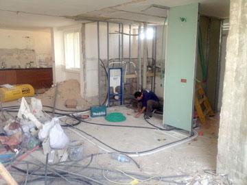 הקירות נהרסו, הרצפה והתשתיות הוחלפו (צילום: סטודיו הנקין שביט)