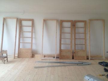 הדלתות הישנות בתהליך השיפוץ (צילום: סטודיו הנקין שביט)