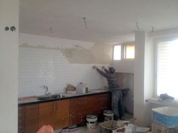 תהליך השיפוץ: הארונות העליונים במטבח הוסרו (צילום: סטודיו הנקין שביט)