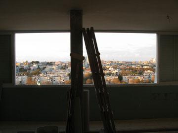 """""""אין עמודים בקיר החיצוני, מה שאיפשר לאחד בין שני חלונות ולפתוח חלון אחד ענק לנוף"""" (צילום: סטודיו הנקין שביט)"""