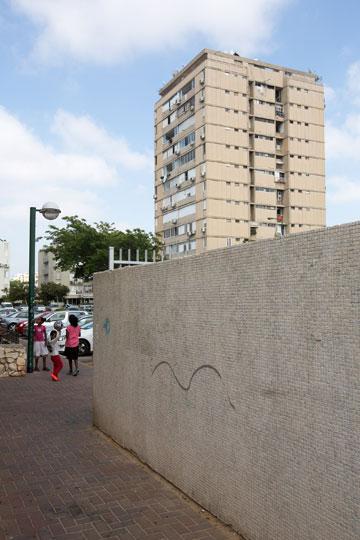רוב בנייני השכונה לא שופצו שנים רבות (צילום: דור נבו)