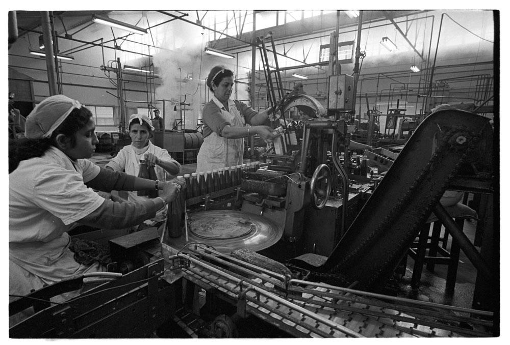 """שמונה שעות על ספסל ללא משענת. פועלות בבית החרושת של """"עסיס"""" (צילום: דוד רובינגר)"""