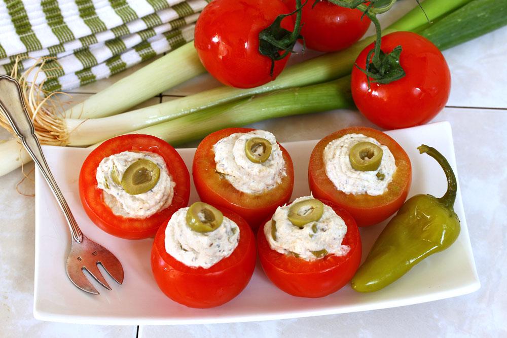 עגבניות ממולאות גבינת שמנת וסרדינים (צילום: אסנת לסטר)