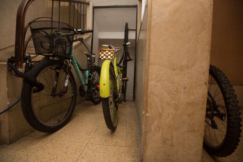 הצד השני הוא צפיפות, פציעות, עצבים וגם חניה מאולתרת. למשל, חדר מדרגות טיפוסי בעיר (צילום: דור נבו)
