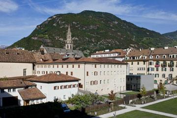 בלב העיר העתיקה של בולצאנו נמצא בית הספר (צילום: Alessandra Chemollo)
