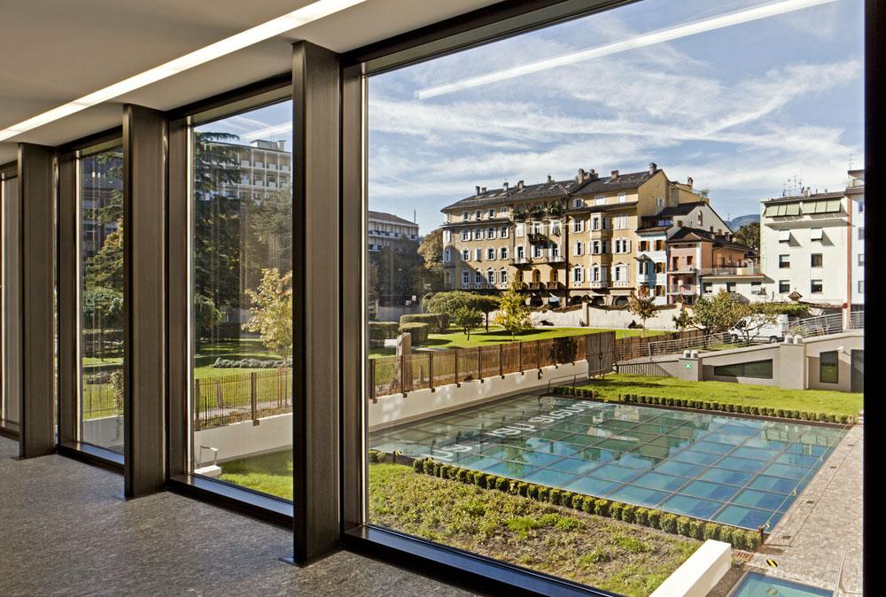 משטח הזכוכית שנמצא במרכז החצר הזו הוא התקרה של בית ספר בצפון איטליה. הסיבה להקמתו מתחת לאדמה: לא היה שטח אחר בעיר העתיקה (צילום: Alessandra Chemollo)