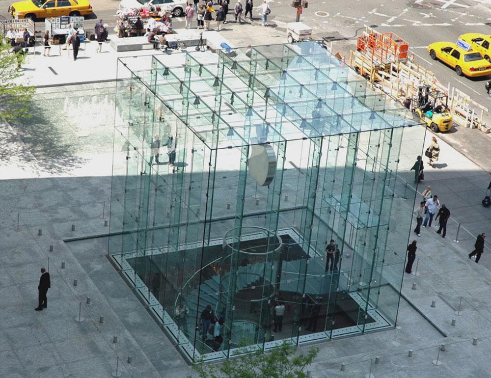 כאן האפקט הוא מסחרי ונועד למשוך לקוחות, אך התוצאה היא תת-קרקעית. חנות הדגל של ''אפל'' בשדרה החמישית, מנהטן (צילום: Steve Jurvetson, cc)