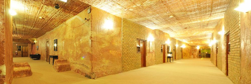לא רק הבתים של הכורים הם מערות שנחצבו באדמה, אלא גם בתי מלון, מסעדות ואפילו כנסיות (צילום: Albert Llausas , cc)