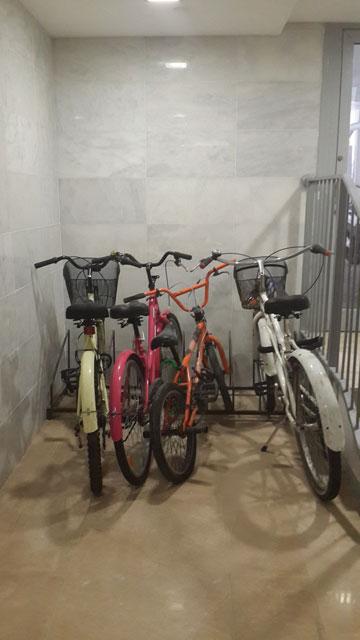חניית אופניים בבניין בפלורנטין (צילום: לי יפה)