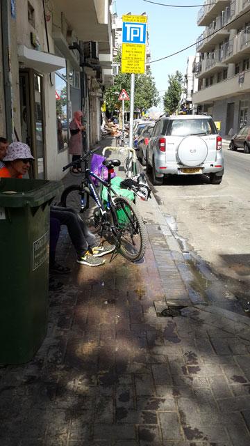 בהצלחה להולך הרגל שינסה לעבור כאן, בעיקר עם עגלה או כיסא גלגלים. פלורנטין, בשבוע שעבר (צילום: לי יפה)