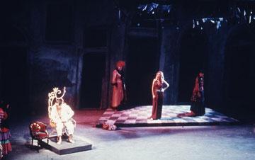 """""""הצוענים של יפו"""", גרסת ברגנר.  """"רק הכיסא נשאר ממנה"""" (צילום: ישראל הרמתי, באדיבות תיאטרון הבימה)"""