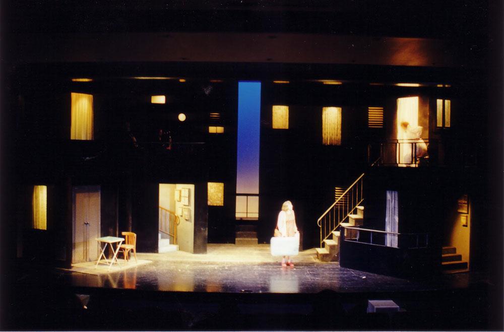 """""""קרום"""" בעיצוב רות דר, 2000. """"בנינו שכונה מפתחים של חלונות ומרפסות שקרועים בתוך חלל שחור. ברקע היה חריץ צר לכל גובה הבמה, שדרכו נראו שמיים וחתיכה קטנה של הים"""" (צילום: רות דר)"""