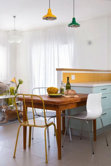 שולחן נפתח ושתי מנורות פח (צילום: שי אפשטיין)