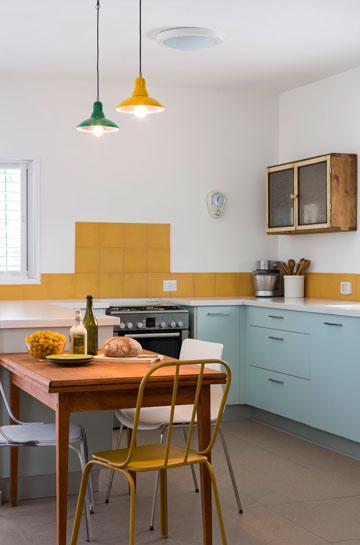 """המטבח """"אחרי"""". ארונות פרומייקה מ''הום סנטר'', משטח אבן קיסר לבן,  ארון וינטג' ואריחים בצבע חרדל (צילום: שי אפשטיין)"""