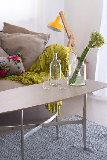 שולחן הקפה עשוי מפלטת פורמייקה ומרגליים ממוחזרות (צילום: שי אפשטיין)