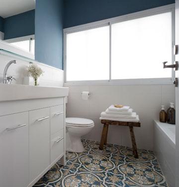 חלון גדול וקיר כחול בחדר הרחצה של הילדים (צילום: שי אפשטיין)