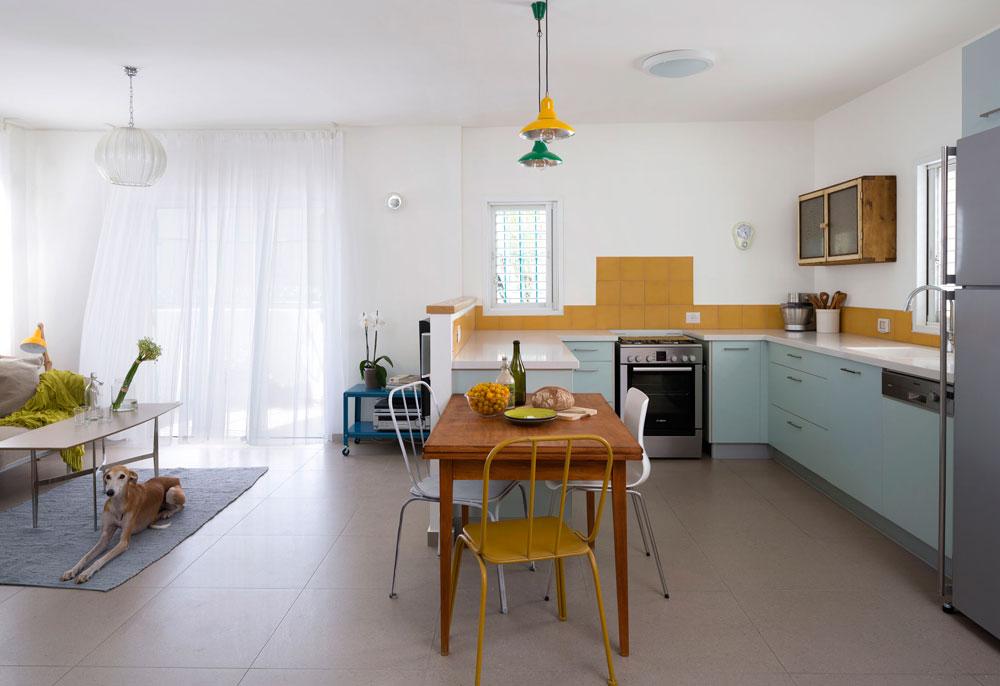 המטבח החדש נמצא במקום שבו היה חדר השינה של ההורים (ראו תוכניות ''לפני'' ו''אחרי'' בהמשך).  החלוקה החדשה פתחה כיוון אוויר שלישי לחלל הסלון, ונוספו לו שני חלונות (צילום: שי אפשטיין)