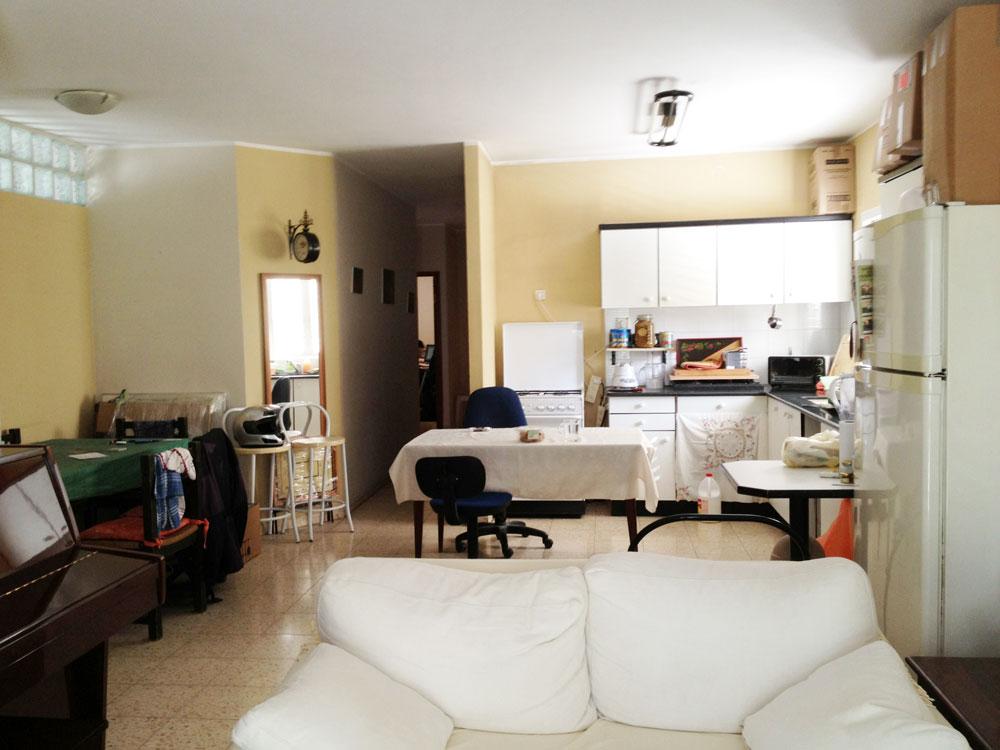 המטבח הישן. היום יש במקומו חדר עבודה, וחלל הסלון והמטבח גדל לרוחב, על חשבון חדר ההורים לשעבר, שדלתו נראית בקיר האלכסוני הקטן