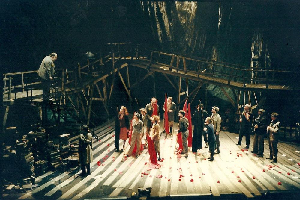 """""""גטו"""" בעיצוב עדנה סובול, 1998. """"בחרתי בגשר, שחזר על עצמו בתמונות הגטאות, כאלמנט דומיננטי. הגשר הוא כניסה חזקה מהעולם החיצוני אל הבמה"""" (צילום: אייל לנדסמן)"""