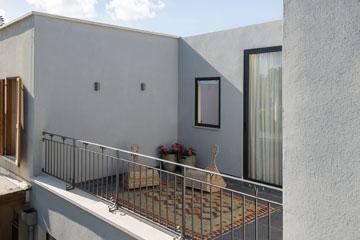 המרפסת של הילדה (צילום: אביב קורט)