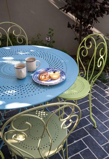 פינת ישיבה קטנה בגינה שליד חדר העבודה (צילום: אביב קורט)