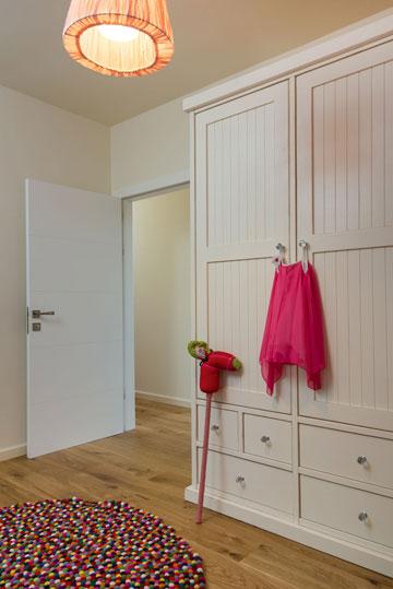 שטיחים עגולים בחדרים של הילדות (צילום: אביב קורט)