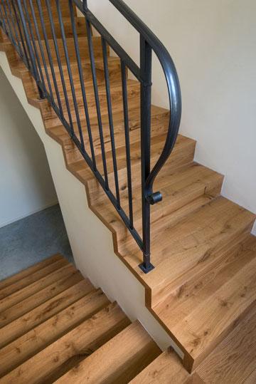 השטיח העבה והישן שחיפה את המדרגות הוחלף בחיפוי עץ אלון, והותקן מעקה מפורזל (צילום: אביב קורט)