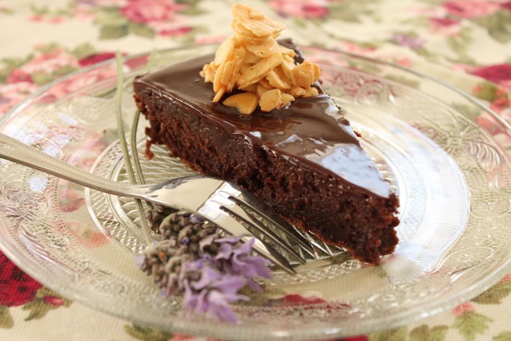 עוגת שוקולד עשירה עם שקדים (צילום: אורלי חרמש)