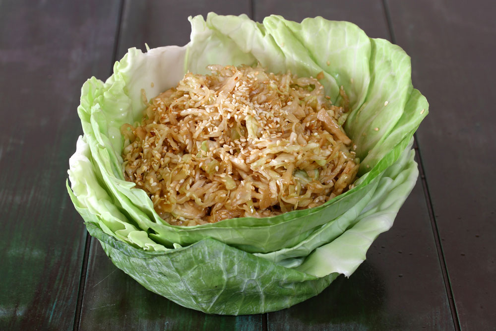 סלט כרוב עם רוטב בסגנון סיני (צילום: אסנת לסטר)