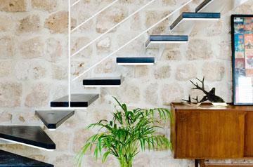 מדרגות הבטון הכבדות הוחלפו במדרכים קלילים, שיוצרים ניגוד מעניין לקיר הכורכר (באדיבות סטודיו Other:wise)