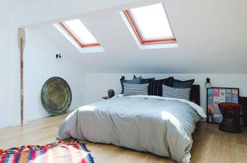רצפת חדר השינה חופתה בפרקט עץ אלון. בגג המשופע שמעל המיטה נפתחו שני חלונות (באדיבות סטודיו Other:wise)