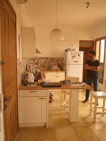 """המטבח """"לפני"""". פסיפס צבעוני (צילום: רועי קדרנל, באדיבות סטודיו Other:wise)"""