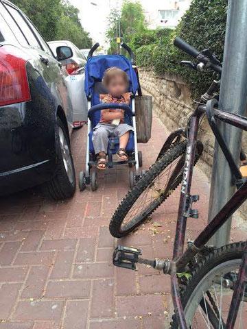 איך עוברים כאן? תינוק בעגלה ברחוב תל אביבי (באדיבות עמוד הפייסבוק ''דרור רוצה לעבור'')