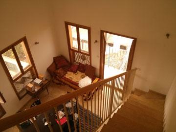 ''לפני''. למעט חלונות העץ, לא היה בדירה כל ייחוד (צילום: רועי קדרנל, באדיבות סטודיו Other:wise)