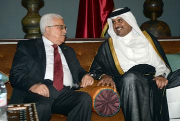 הבן של שייח'ה מוזה, שייח' תמים, עם אבו מאזן. קטאר מעוניינת לזכות בכוח פוליטי גדול במזרח התיכון (צילום: gettyimages)