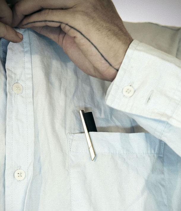 סיכת העניבה הפכה לעט שאפשר להחזיק בכיס (צילום: אסף אשכנזי)