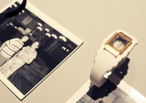 שעון שלא עובד שובץ הפוך בתוך צמיד  (צילום: אסף אשכנזי)