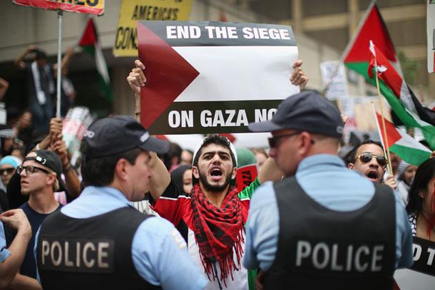 הוא ביקש ממני להוריד את המגן דוד, אבל לא שקלתי את זה לרגע. הפגנה פרו פלסטינית באירופה (צילום: gettyimages)