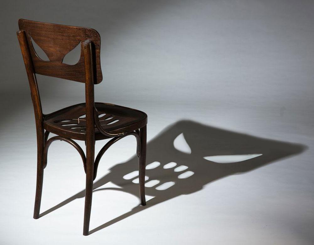 האם לכסאות יש אופי וחיים משלהם? ''כיסא הצל'' של יערה דקל נראה תמים במבט ראשון, אך באור מסוים נחשף צדו האפל, שהופך להיות העיקר (צילום: עודד אנטמן)