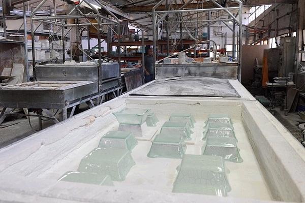 תחנת העבודה בה מיוצרות עבודות אומנות הזכוכית שפרסמו את דני קלדרון ברחבי העולם (צילום: עמיקם חורש, באדיבות אוצרות הגליל)