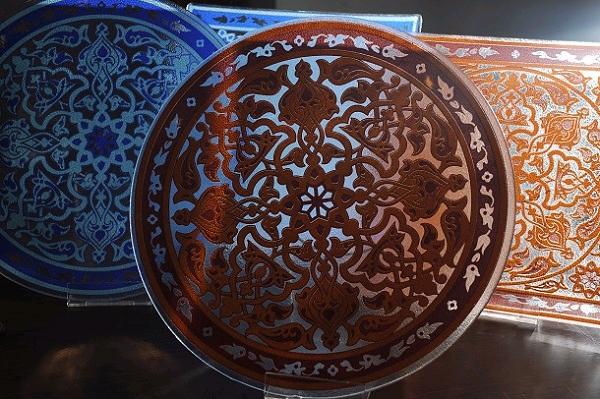 טכניקה ושפה ייחודית בעבודות זכוכית (צילום: עמיקם חורש, באדיבות אוצרות הגליל)