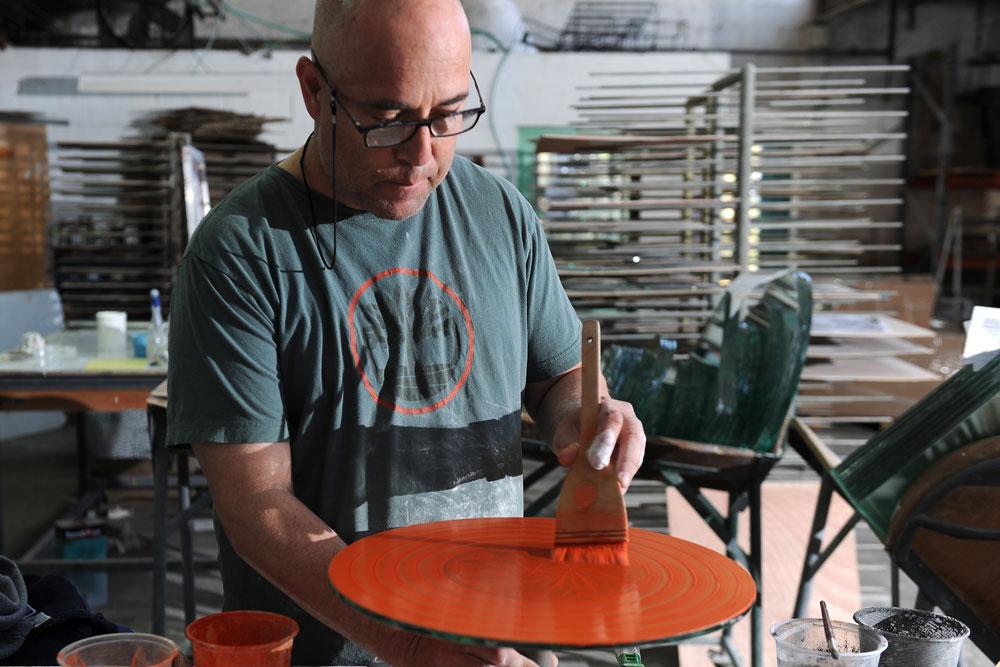 אמן הזכוכית דני קלדרון בעבודתו (צילום: עמיקם חורש, באדיבות אוצרות הגליל)